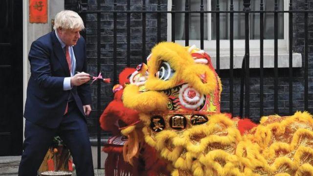 英国首相鲍里斯·约翰逊在首相府外参加庆祝农历新春佳节活动。