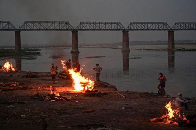 Cremação perto do rio Ganges