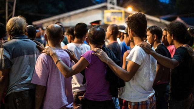 Un grupo de supuestos traficantes de droga se entregaron a las autoridades para someterse a análisis de intoxicación en Manila.