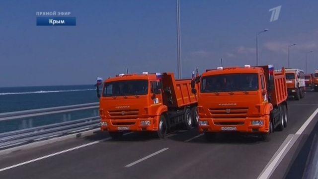 """""""Первый канал"""" в прямом эфире показал, как Путин едет по Крымскому мосту за рулем """"Камаза"""""""