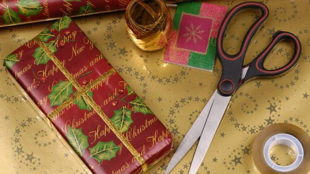 Оберточная бумага, ножницы и липкая лента