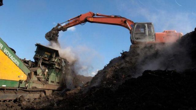As usinas para reciclagem de resíduos compostáveis são capazes de processar mais bioplástico do que você conseguiria por meio da compostagem domiciliar