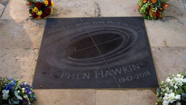 Могила Стивена Хокинга в Вестминстерском аббатстве