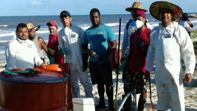 Pescadores em Canavieiras limpam óleo
