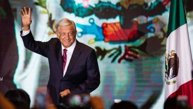 支持者に手を振るロペスオブラドール氏(1日、メキシコシティ)