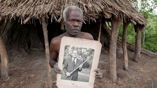 الأمير فيليب تواصل مع أهالي القبيلة على مدار سنوات، وأرسل لهم صورته وهو يحمل الهراوة التقليدية التي أهدودها إليه