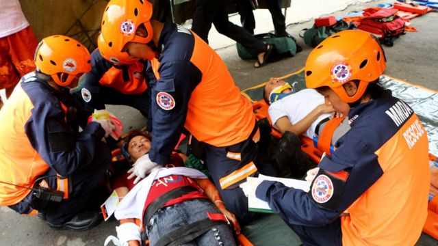 Rescatistas en un ensayo de entrenamiento de tratamiento de víctimas en Filipinas