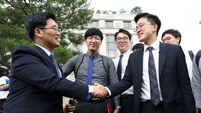 양심적 병역거부자들이 28일 서울 종로구 헌법재판소에서 선고결과에 서로를 격려하며 기뻐하고 있다