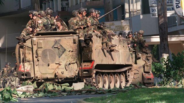 Soldados estadounidenses en una calle de Ciudad de Panamá durante la operación Causa Justa, el 23 de diciembre de 1989.