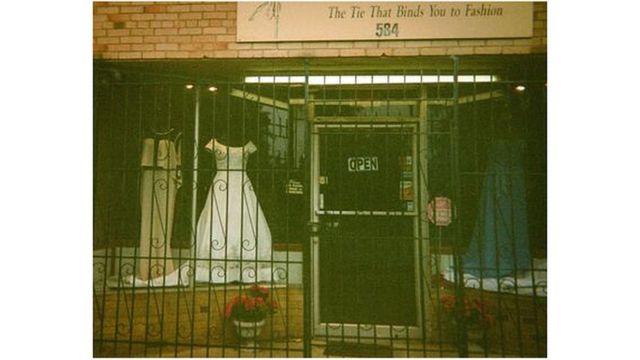 Vitrina de una tienda de vestidos.