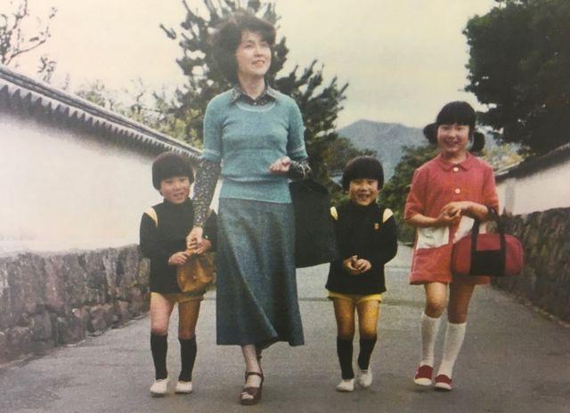 Sakie Yokota y sus hijos