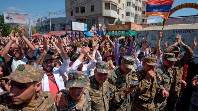 Военнослужащие и ликующие демонстранты