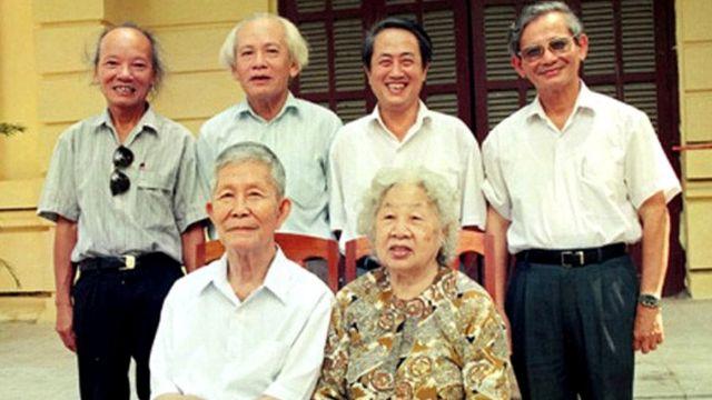 Giáo sư Phan Huy Lê (đầu tiên, từ phải, hàng sau)