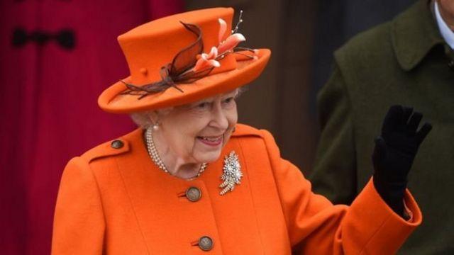 禮拜後,女王向人群揮手致意。