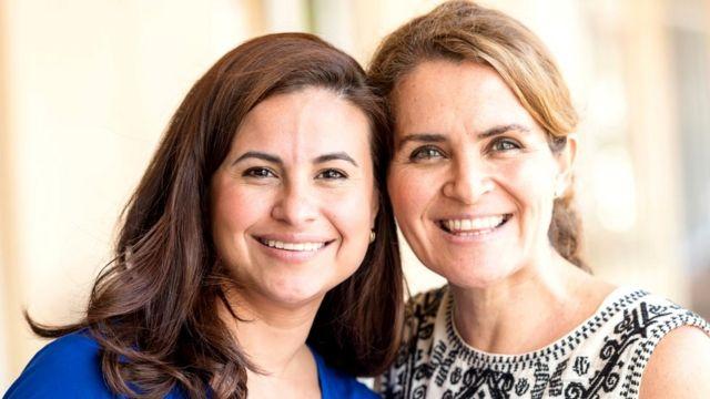 Dos mujeres maduras sonrientes.