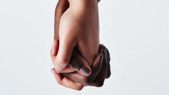 manos de dos mujeres