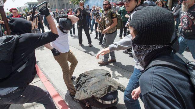 一名男子用自行車鎖毆打另一名倒在地上的男子。