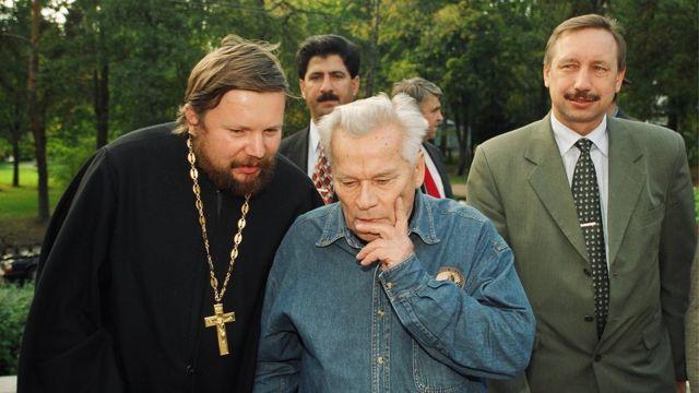 """""""Всегда в отглаженном костюме, галстуке, подстрижен"""", - вспоминает Александра Беглова (справа) Владимир Яковлев. Сентябрь 2001 г."""