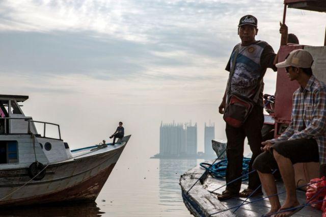 nelayan dan gedung tinggi