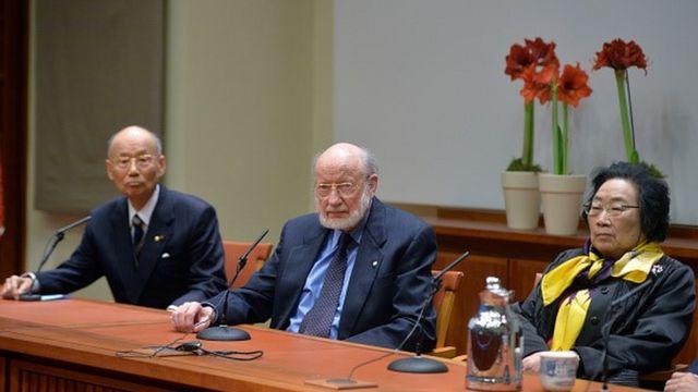 Da esquerda para a direita: Satoshi Õmura, William Campbell e Tu Youyou, os vencedores do Prêmio Nobel de Medicina e Fisiologia em 2015
