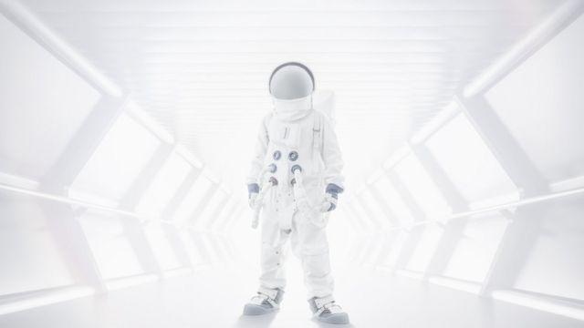 터널에 서있는 우주비행사