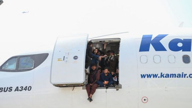 The people of Afghanistan boarded a plane and sat in the doorway while waiting at Kabul airport