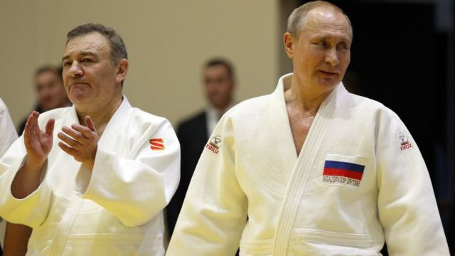 Empresário e presidente russo participando de treinamento de judô em Sochi no ano passado