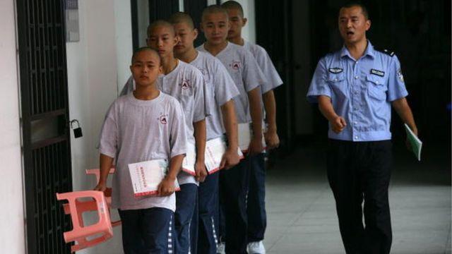 교정 훈련원에 들어가고 있는 중국 미성년 범죄자들