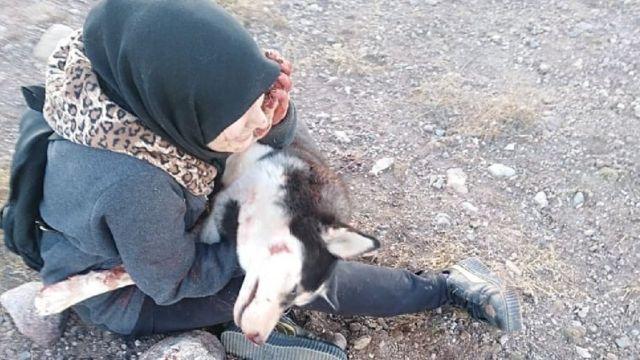 Sahba Barakzai e a cachorra depois de ela ser morta