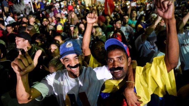 Seguidores de Maduro celebran tras el anuncio de su victoria.