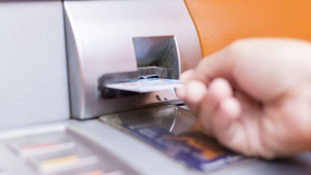 تقنية جديدة من باركليز لسحب الأموال عبر الهواتف الذكية