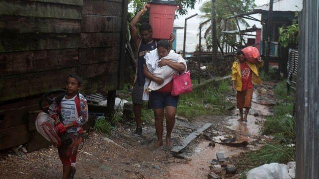 Familia abandona su hogar en Puerto Cabezas, Nicaragua.
