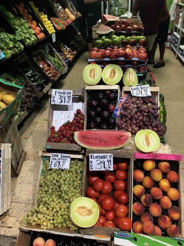 Imagem mostra frutas à venda em uma banca na Argentina