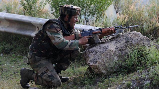 भारत प्रशासित कश्मीर के उड़ी में सेना के कैंप पर 18 सितंबर को हुए चरमपंथी हमले के दौरान मोर्चा संभाले एक जवान.