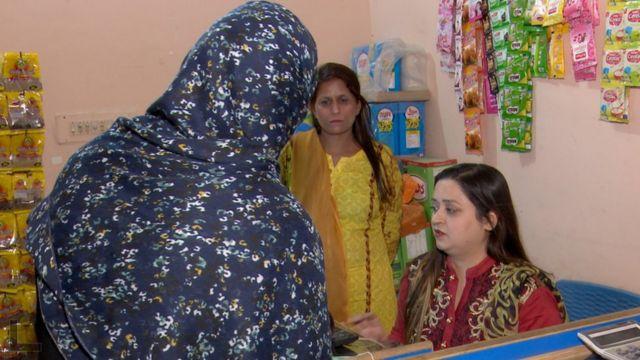 کھانے پینے کی اشیا  لاہور میں غریب افراد کو قسطوں پر راشن فراہم کرنے کی دکان چلانے والی خاتون کو اس سروس کا خیال کیسے آیا؟  115098239 a3e3dc35 a6b6 429d b5c5 e54d0737cb76