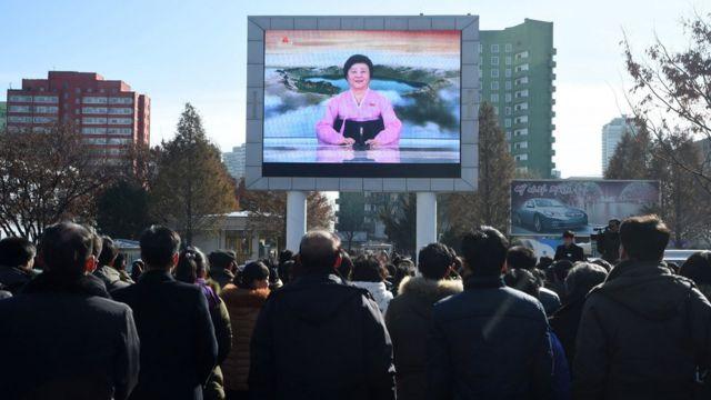 平壤居民观看朝鲜发射洲际导弹的新闻