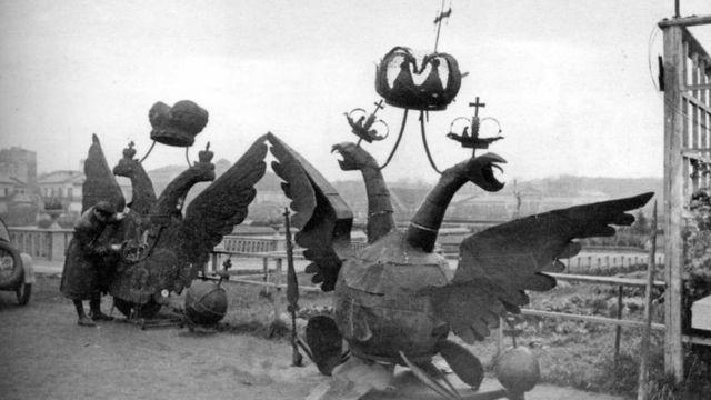 Снятые с кремлевских башен двуглавые орлы в парке Горького, 23 октября 1935 г.