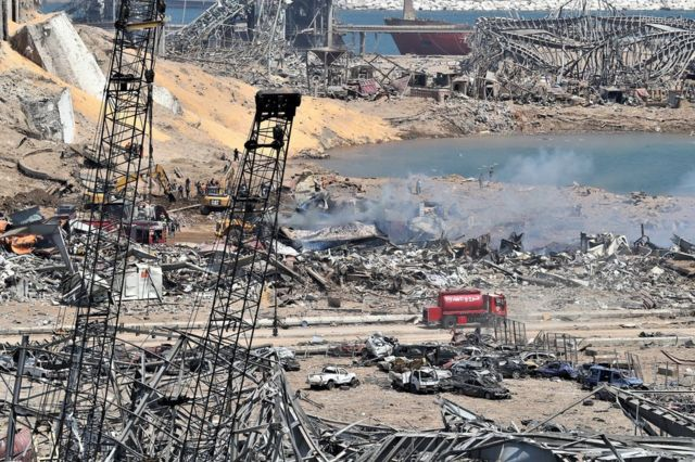 Trabajadores libaneses trabajan cerca del epicentro de la explosión en Beirut el 5 de agosto.