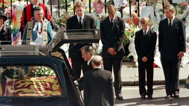 """كان الأمير هاري (الثاني من اليمين) قد تحدث سابقا عن السير في جنازة والدته، قائلا إنه """"لا يجب أن يطلب من أي طفل القيام بذلك"""""""