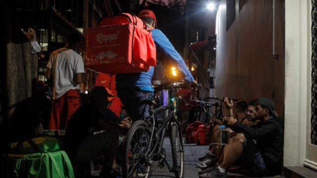 Na região da rua Augusta, centro de São Paulo, entregadores de aplicativos aguardam pedidos em calçada
