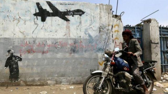 رسوم تندد باستخدام الطائرات دون طيار في أحد شوارع اليمن
