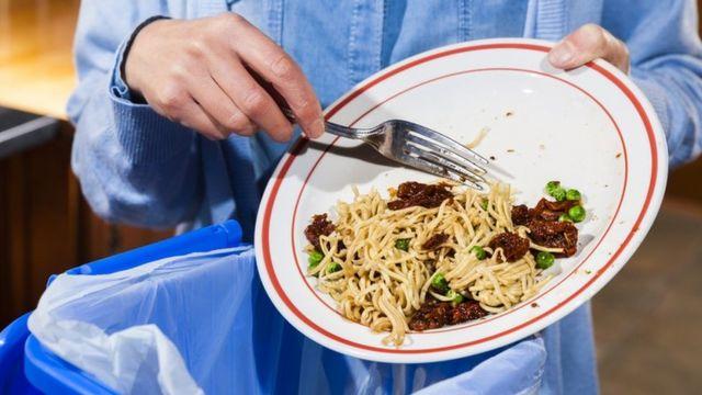Mujer tirando comida