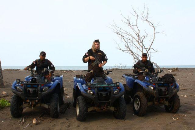 Luis Mora, Steven Delgado y Josué Obando, policías de fronteras de Costa Rica en la frontera con Nicaragua en el Caribe.