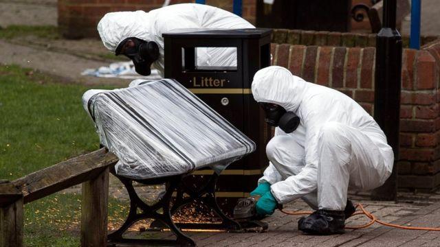 Funcionarios del ejército remueven el banco en el que cayeron inconscientes Sergei Skripal y su hija, en un centro comercial de Salisbury, en Reino Unido.