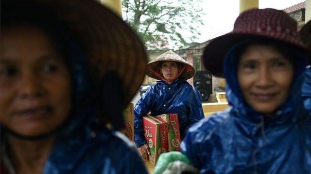 Người dân nhận quà cứu trợ ở Quảng Trị