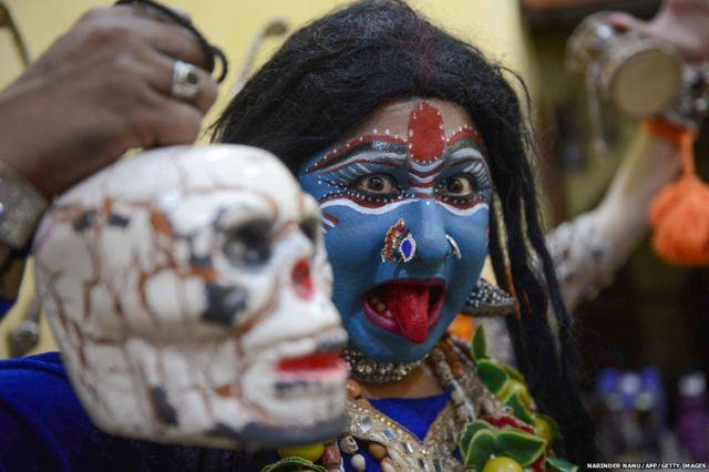 पंजाब के शहर अमृतसर में रामनवमी के दौरान एक भक्त ने हिंदू देवी काली का रूप धारण किया है.