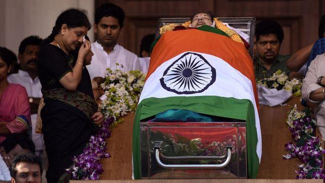 ராஜாஜி அரங்கில் பொதுமக்கள் பார்வைக்காக ஜெயலலிதாவின் உடல் வைக்கப்பட்டிருக்கிறது. உடலின் அருகே சசிகலா