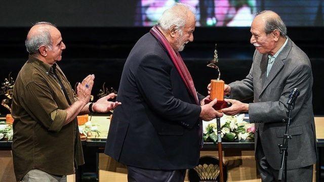 دو سال پیش و در مراسم شهرزاد ناصر ملکمطیعی در حال اهدای تندیس به علی نصریان (راست) است و پرویز پرستویی (چپ) در پشت او ایستاده