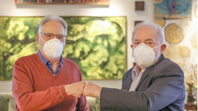 De máscara, FHC e Lula se encontram para conversa e fazem cumprimento com as mãos