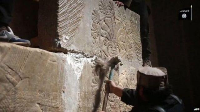 प्राचीन निमरूद शहर की धरोहरों को नष्ट करते चरमपंथी